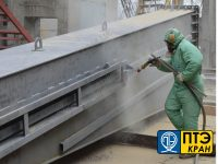 obrabotka metallokonstruktsiy peskostruyem